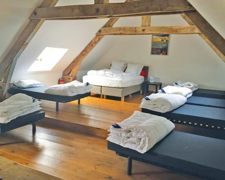 De zeer ruime slaapzolder van de groepsgîte biedt alle nodige slaapcomfort voor grote groepen