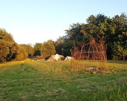 Samen een wilgentent bouwen op camping te La Grande Roche.