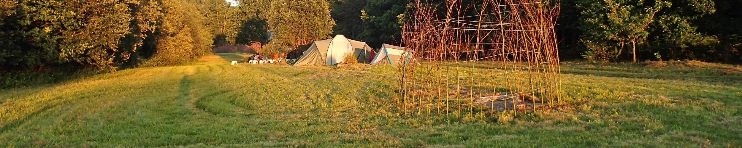 Vlakbij de familiale camping La Grande Roche ligt de speelweide met wilgentent